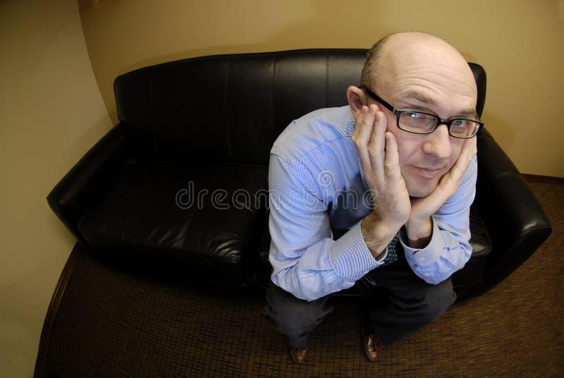 Hombre de negocios en el sofá imagen de archivo