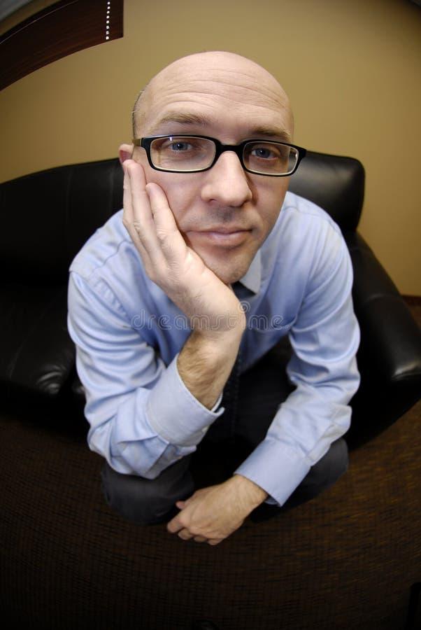 Hombre de negocios en el sofá imagenes de archivo