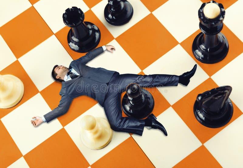 Hombre de negocios en el tablero de ajedrez foto de archivo