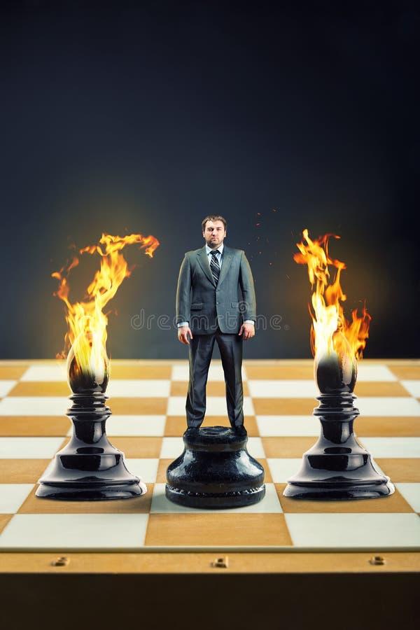 Hombre de negocios en el tablero de ajedrez foto de archivo libre de regalías