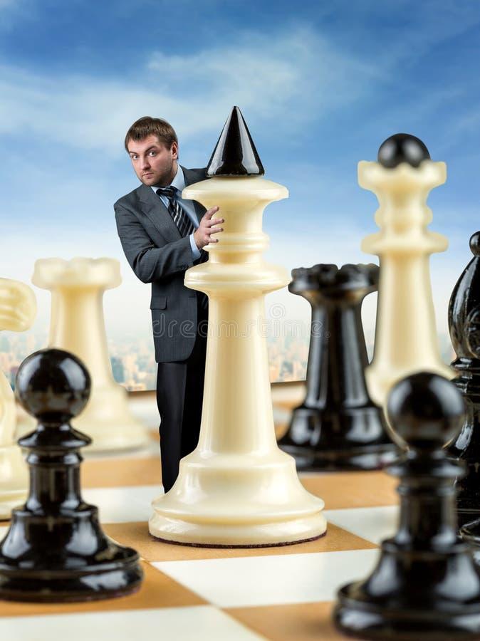 Hombre de negocios en el tablero de ajedrez fotografía de archivo