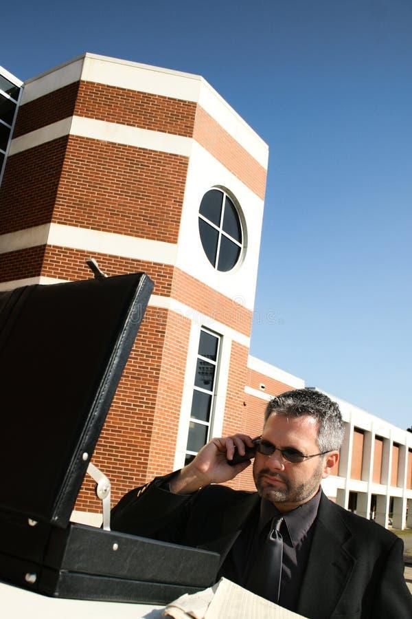 Hombre de negocios en el teléfono afuera foto de archivo libre de regalías