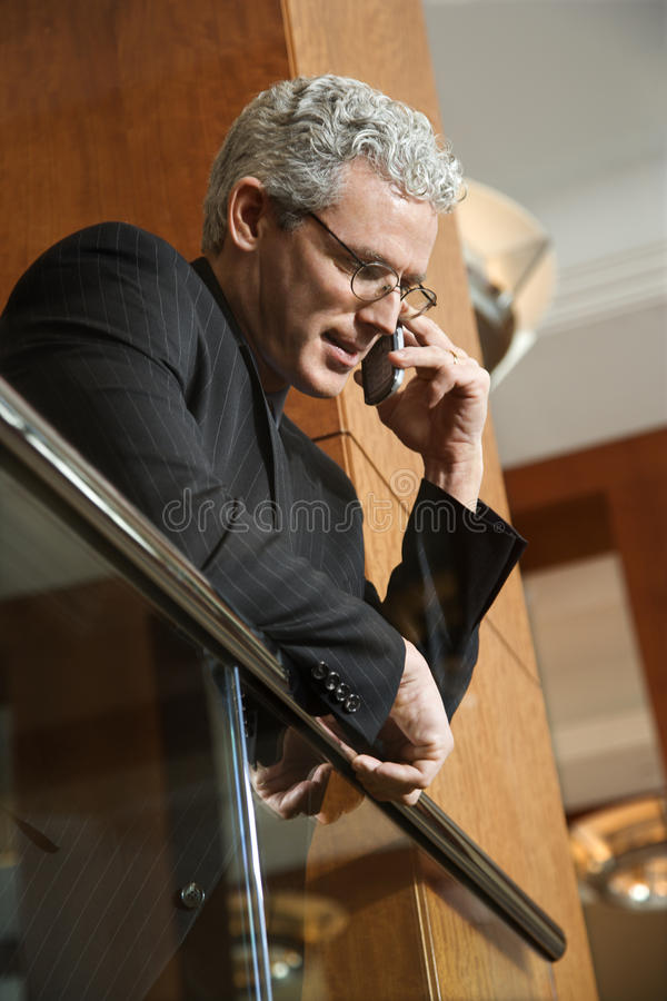 Hombre de negocios en el teléfono celular imagenes de archivo