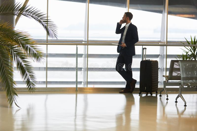 Hombre de negocios en el teléfono del negocio en el teléfono fotografía de archivo