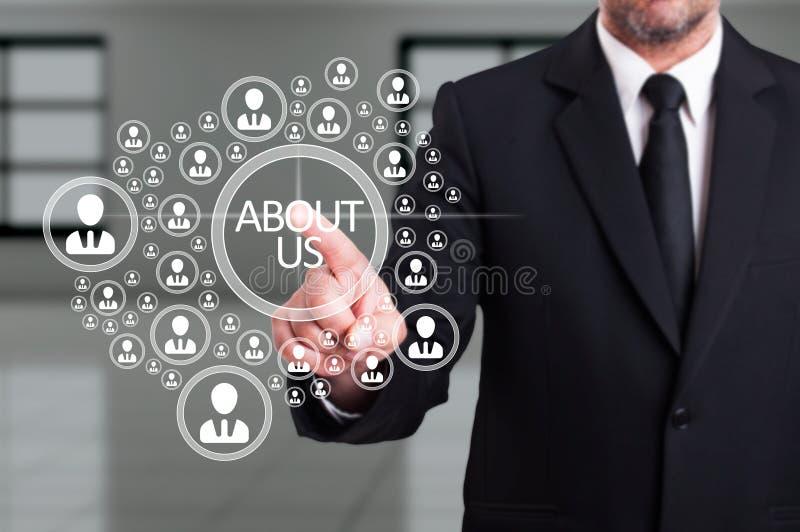 Hombre de negocios en el traje que trabaja con la comunidad conectada virtual ic fotografía de archivo libre de regalías