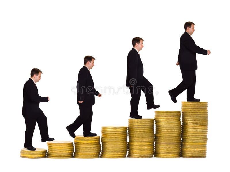 Hombre de negocios en escalera del dinero foto de archivo