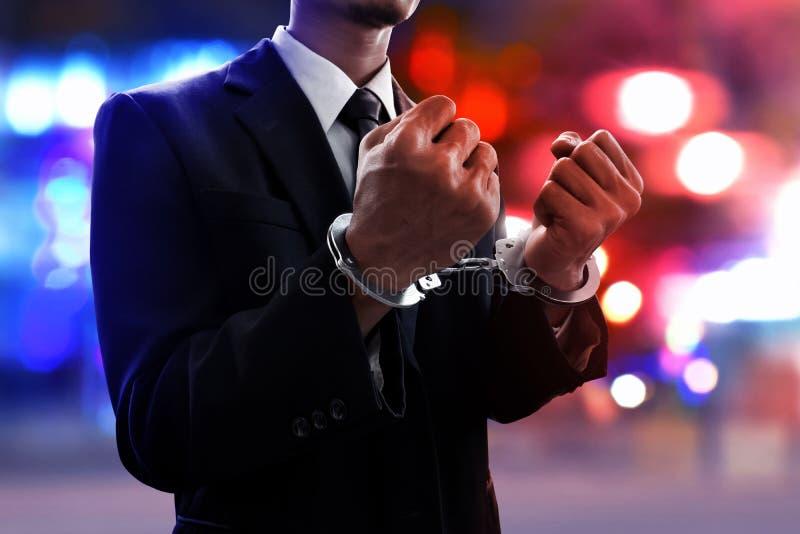 Hombre de negocios en esposas en la calle foto de archivo