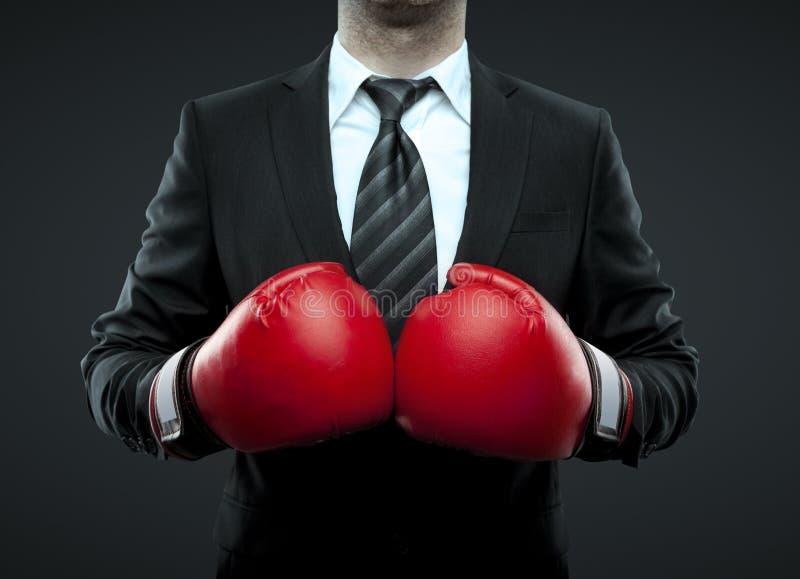 Hombre de negocios en guantes de boxeo imagen de archivo libre de regalías