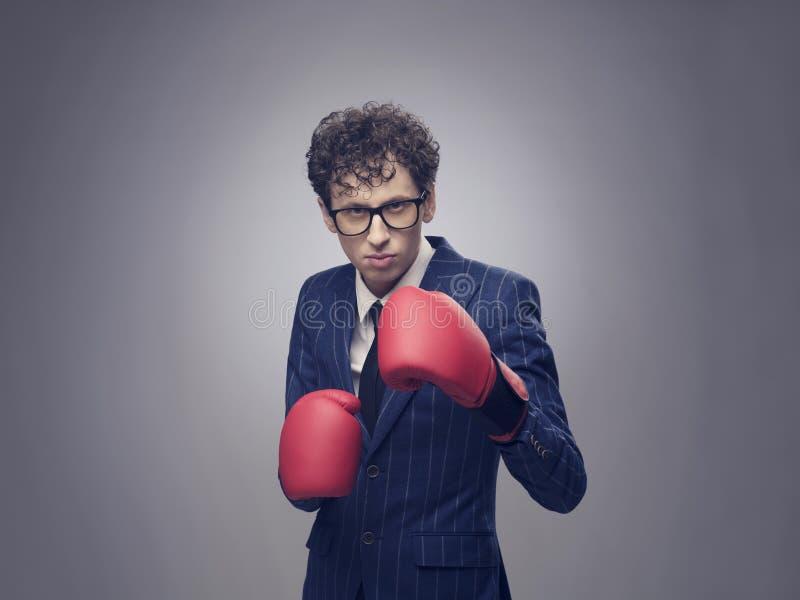 Hombre de negocios en guantes de boxeo fotografía de archivo