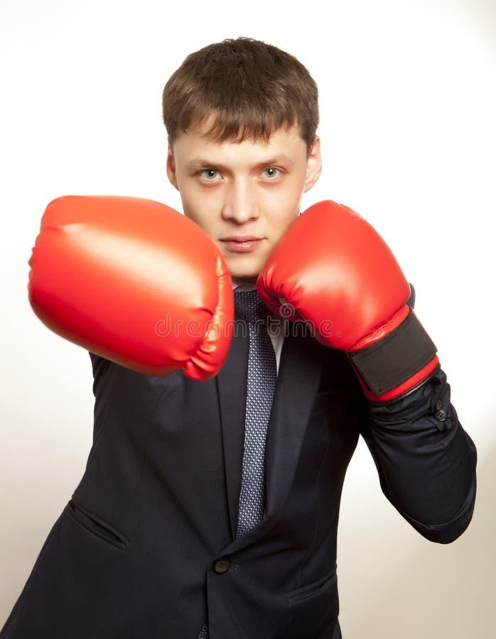 Hombre de negocios en guantes de boxeo rojos foto de archivo libre de regalías