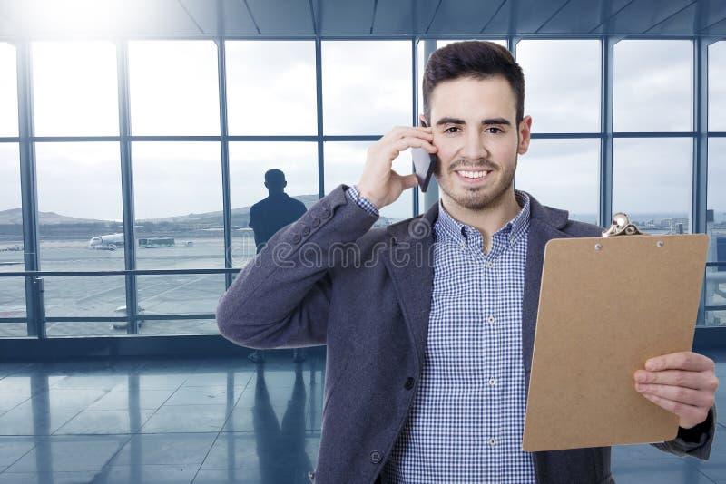 Hombre de negocios en hablar del aeropuerto imagenes de archivo