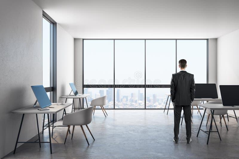 Hombre de negocios en interior moderno de la oficina imagen de archivo libre de regalías