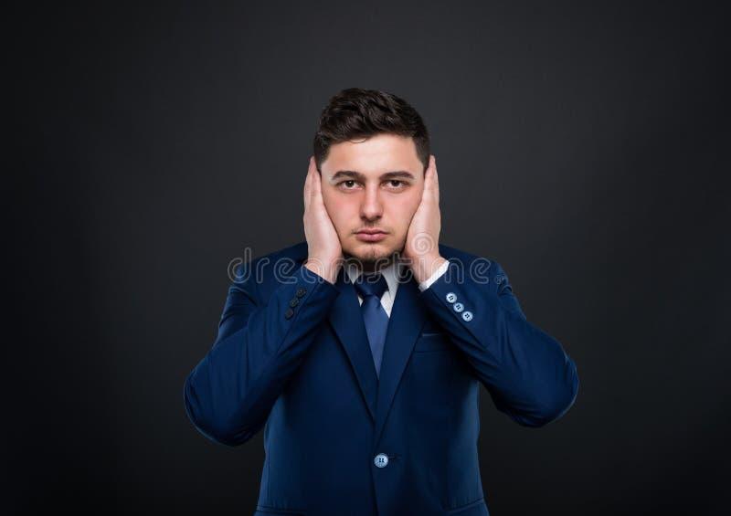 Hombre de negocios en la audición ninguna actitud malvada fotos de archivo