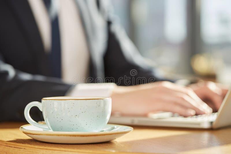 Hombre de negocios en la cafetería fotografía de archivo libre de regalías