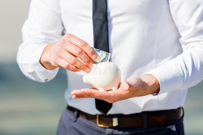 Hombre de negocios en la camisa blanca con la caja y el dinero guarros imágenes de archivo libres de regalías