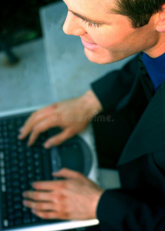 Hombre de negocios en la computadora portátil fotografía de archivo