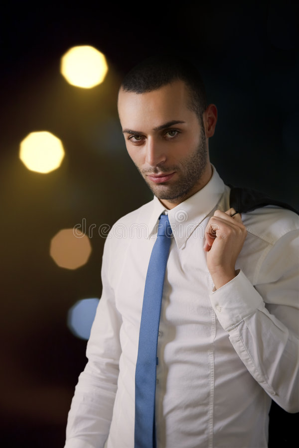 Hombre de negocios en la noche imagenes de archivo