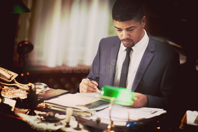 Hombre de negocios en la oficina foto de archivo