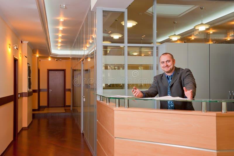Hombre de negocios en la oficina moderna imágenes de archivo libres de regalías