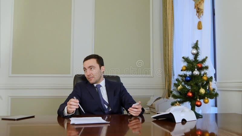 Hombre de negocios en la oficina que habla de ventajas y de problemas del contrato de venta  foto de archivo