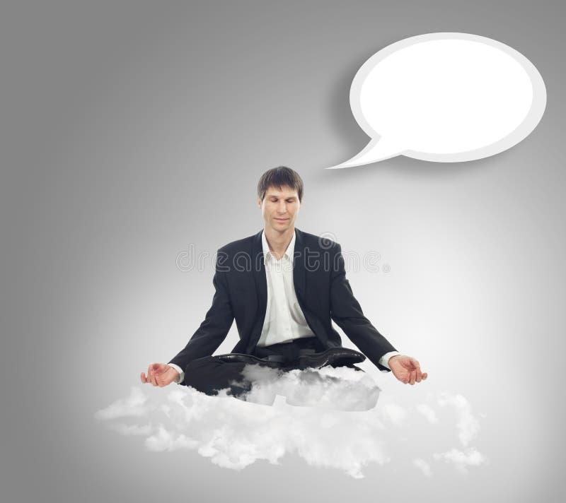 Hombre de negocios en la posición de loto respecto a una nube ilustración del vector