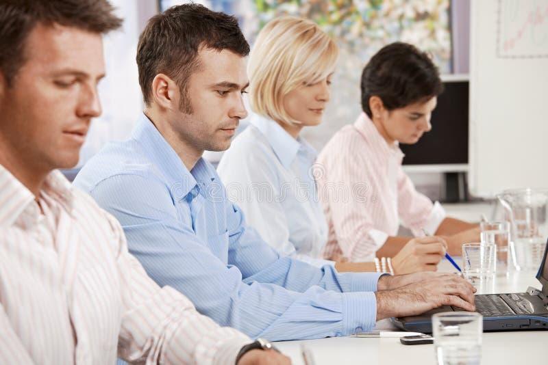 Hombre de negocios en la reunión de negocios imagen de archivo libre de regalías