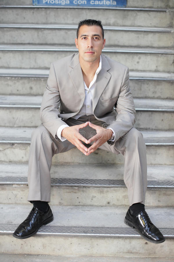 Hombre de negocios en las escaleras foto de archivo