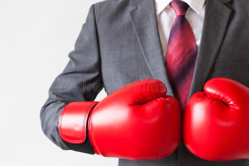 Hombre de negocios en los guantes de boxeo aislados en el fondo blanco imagen de archivo