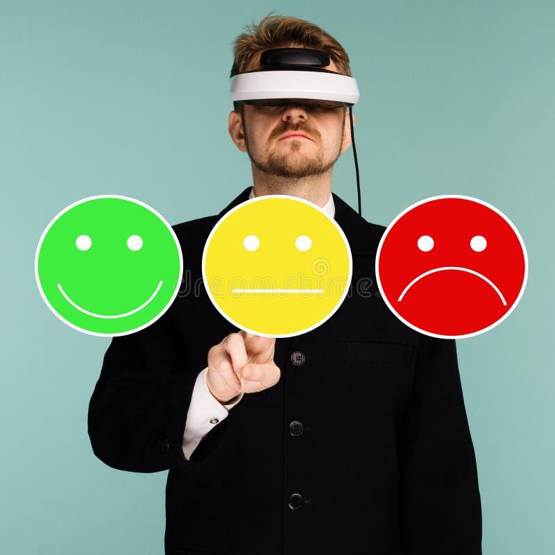 Hombre de negocios en los vidrios virtuales que dan la reacción del grado y del estudio para examinar, la encuesta o el cuestiona fotos de archivo libres de regalías