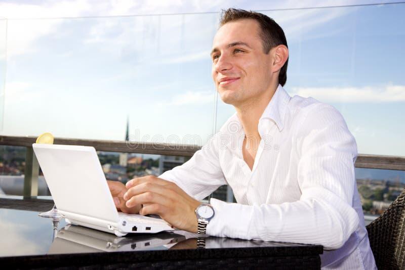 Hombre de negocios en ocio con la computadora portátil imágenes de archivo libres de regalías