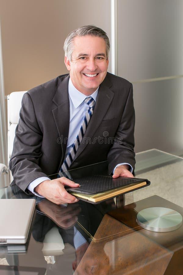 Hombre de negocios en oficina fotos de archivo