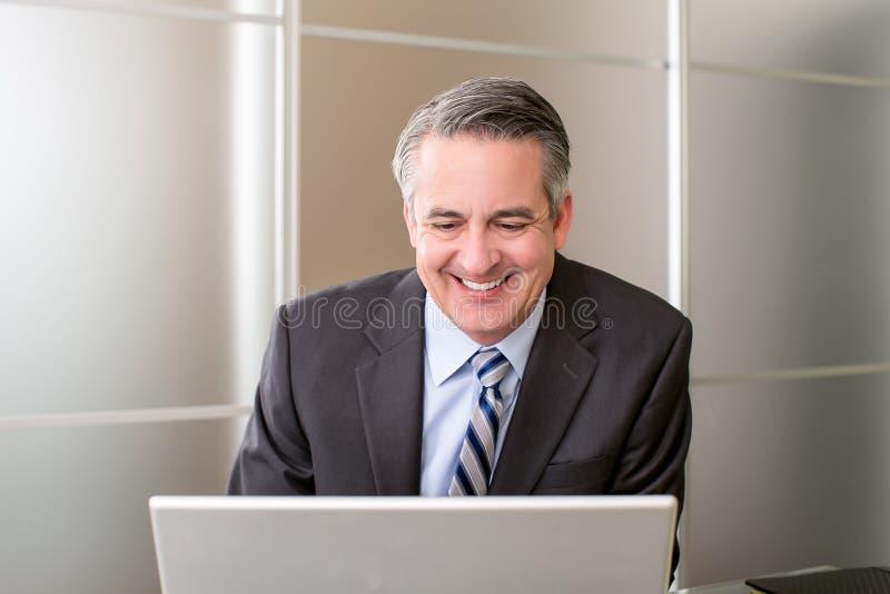 Hombre de negocios en oficina imagen de archivo