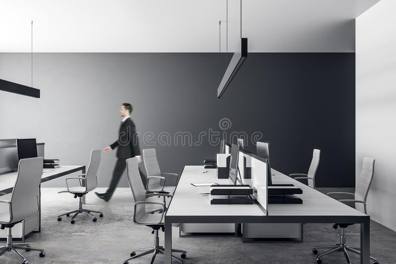 Hombre de negocios en oficina gris fotografía de archivo libre de regalías