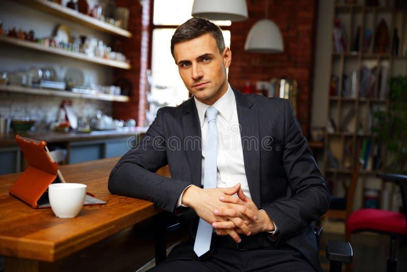 Hombre de negocios en paños formales que bebe el café fotos de archivo