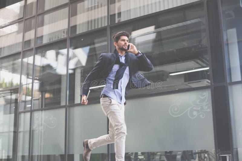 Hombre de negocios en prisa de la calle en trabajo foto de archivo