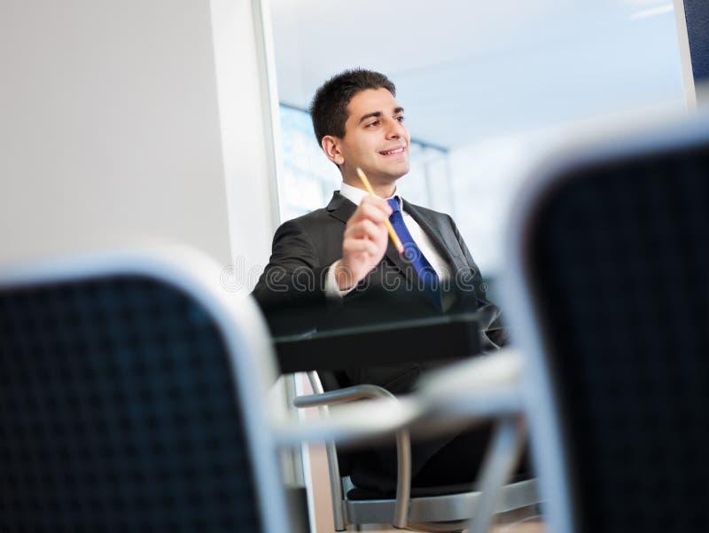 Hombre de negocios en sala de reunión foto de archivo