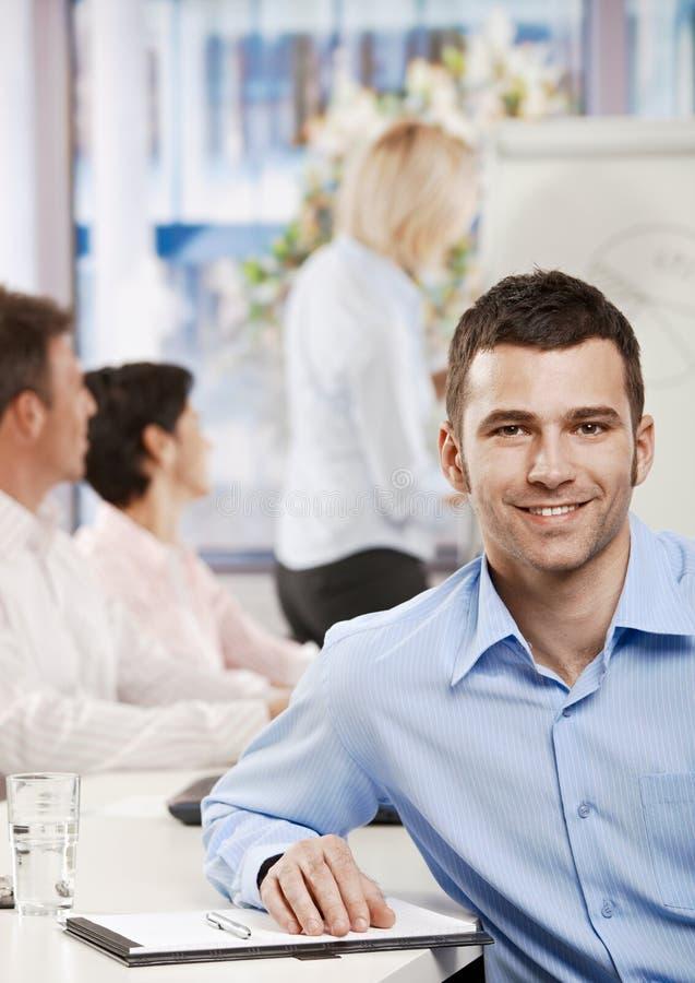 Hombre de negocios en sala de reunión imagen de archivo