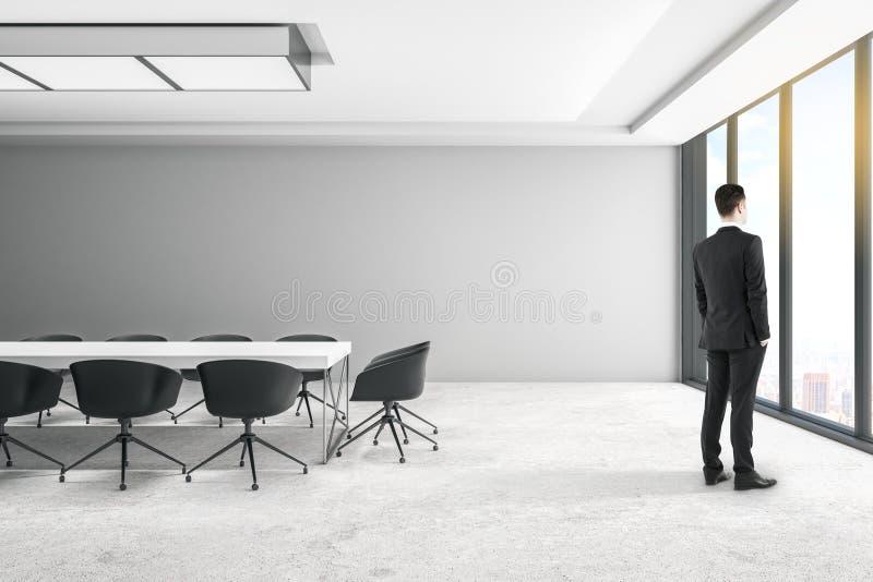 Hombre de negocios en sala de reuni?n imágenes de archivo libres de regalías