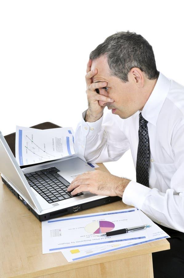 Hombre de negocios en su escritorio en el fondo blanco fotos de archivo