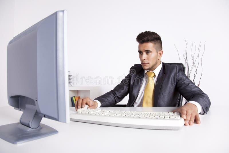 Hombre de negocios en su oficina imagenes de archivo