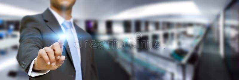 Hombre de negocios en su oficina usando interfaz táctil ilustración del vector
