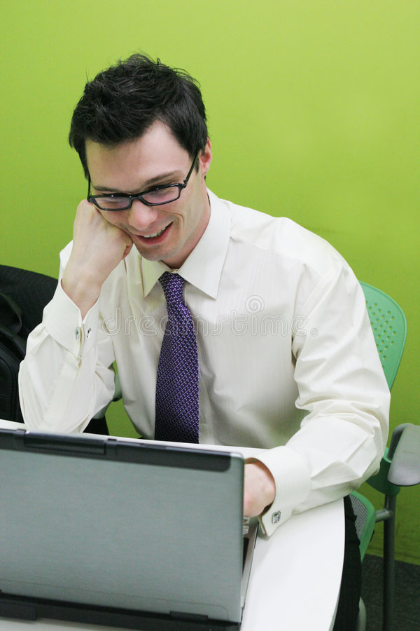 Hombre de negocios en su ordenador fotografía de archivo libre de regalías