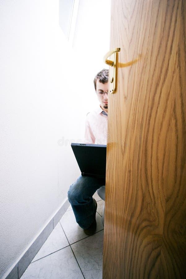 Hombre de negocios en tocador imagen de archivo