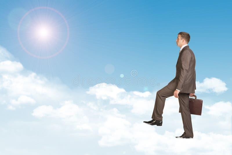 Hombre de negocios en traje con la cartera que camina encendido stock de ilustración