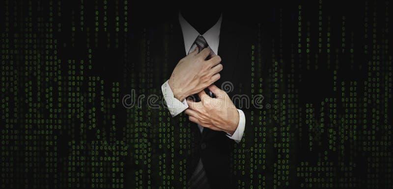 Hombre de negocios en traje negro con el fondo verde abstracto del gráfico del código de ordenador actividades bancarias del nego imagenes de archivo