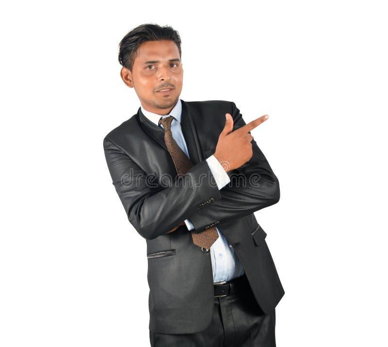 Hombre de negocios en traje negro que señala lejos imagenes de archivo