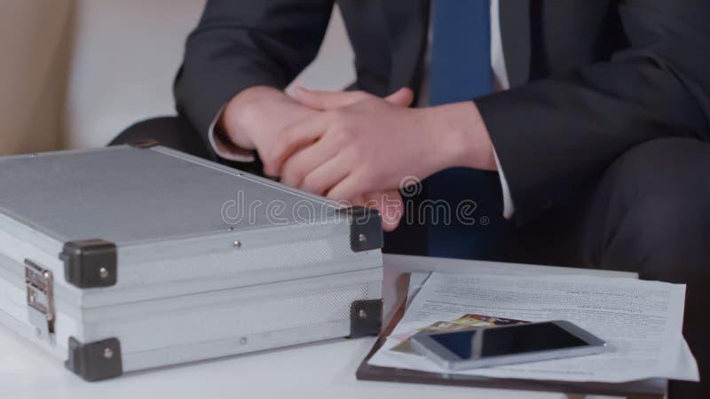Hombre de negocios en trato con la caja y los documentos, acuerdo secreto, sobornos del dinero foto de archivo libre de regalías