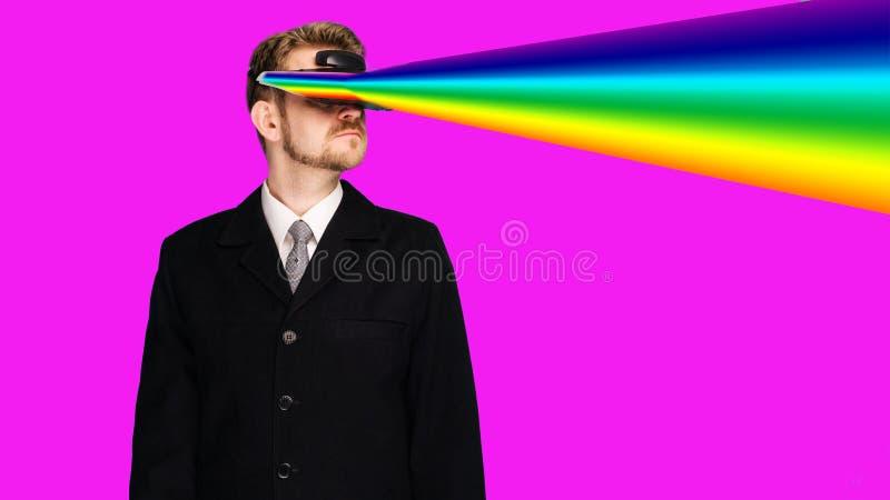 Hombre de negocios en un desgaste formal que lleva los vidrios de la realidad virtual que proyectan rayos del arco iris de los oj fotos de archivo
