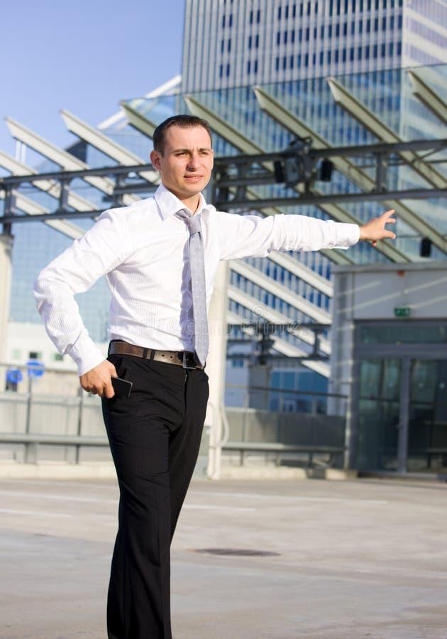 Hombre de negocios en un frente de un solar foto de archivo