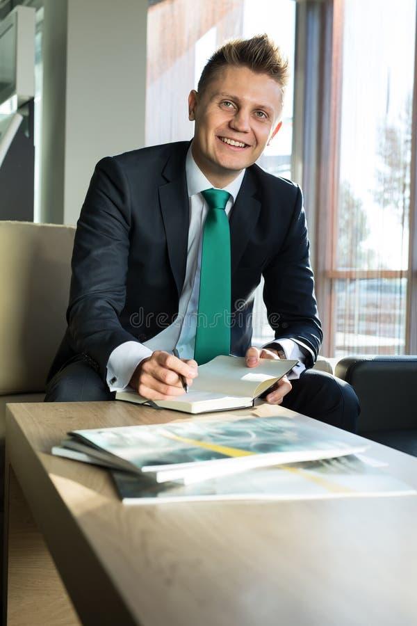 Hombre de negocios en un traje elegante imágenes de archivo libres de regalías